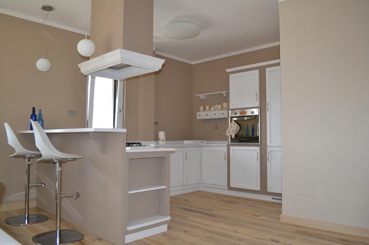 Casa GL - Zona cottura con cappa sospesa e bancone per colazione con sgabelli - Tommaso Vecci