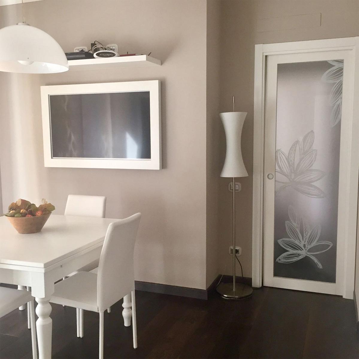 Casa GL2 - Zona pranzo con tavolo e sedie in legno, lampade in vetro e pavimento in legno - Tommaso Vecci