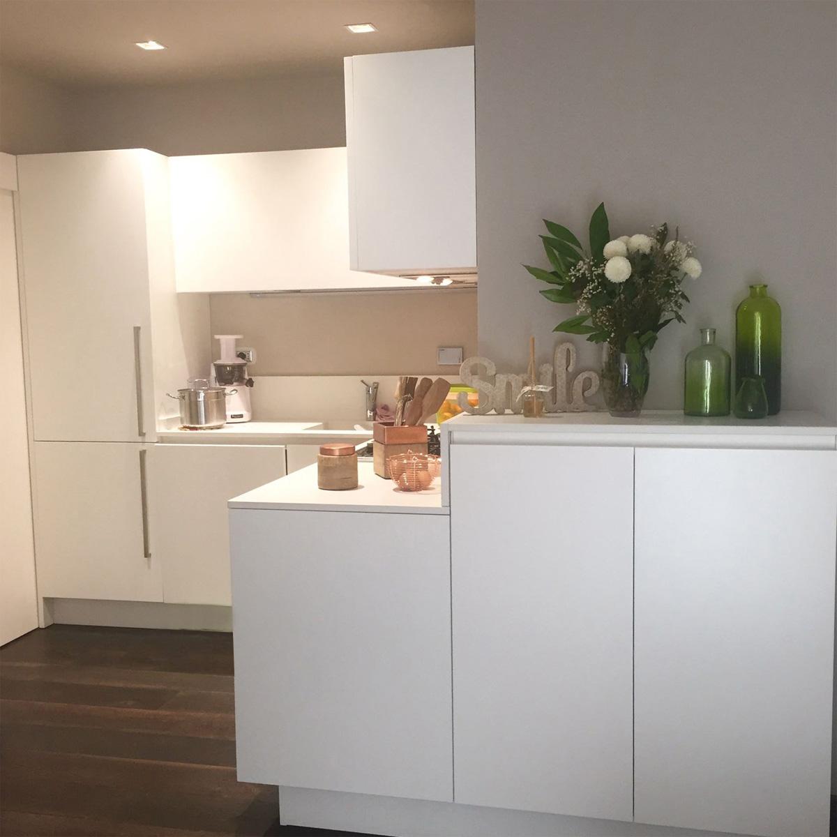 Casa GL2 - Cucina colore bianco con faretti da incasso, porta oggetti in vetro e sughero - Tommaso Vecci