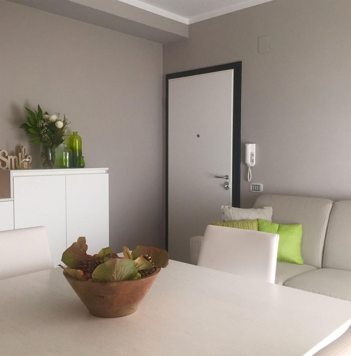 Casa GL2 - Soggiorno con tavolo in legno bianco, divani e pareti con colore ton sur ton - Tommaso Vecci