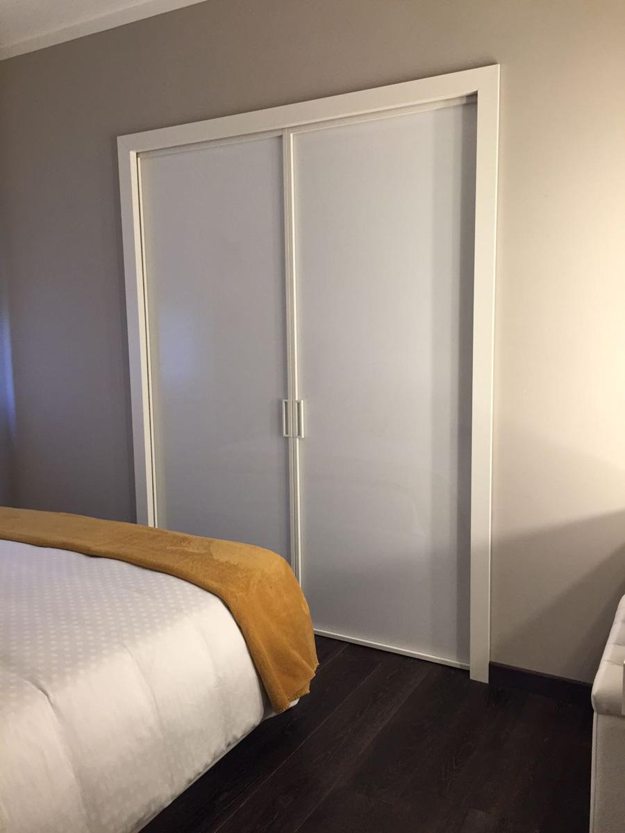 Casa GL2 - Camera da letto con cabina armadio, pavimento in legno e pareti colorate - Tommaso Vecci