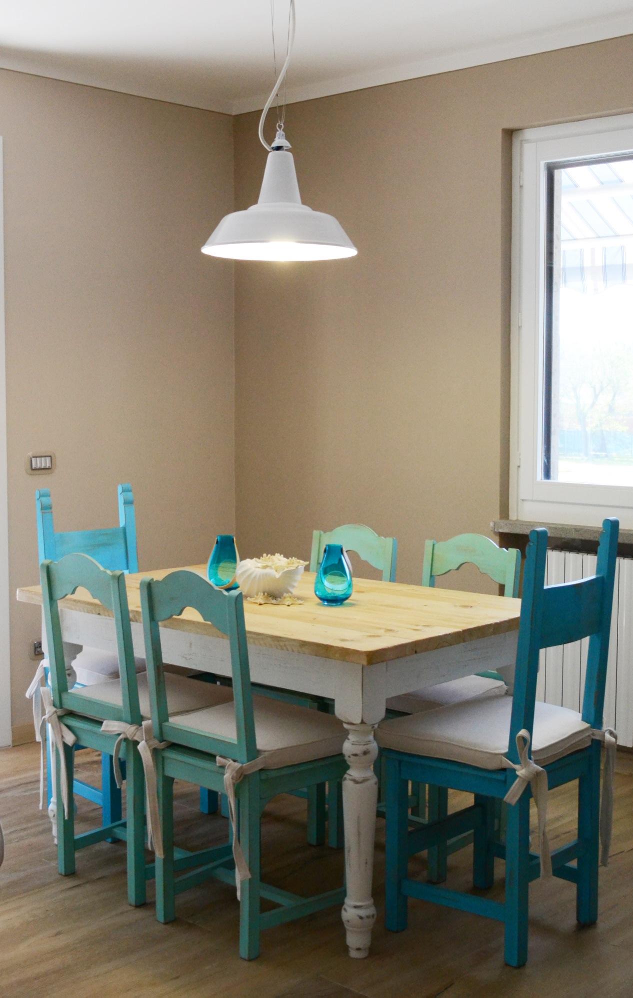 Casa GL - Zona pranzo con tavolo e sedie in legno, lampada vintage a sospensione - Tommaso Vecci