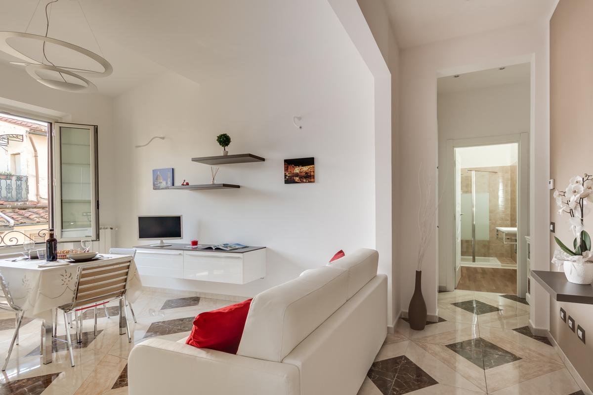 Casa DM1 - Vista del soggiorno-cucina, colori chiari e pavimentazione in gres - Tommaso Vecci