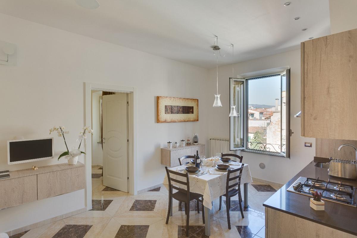 Casa DM2 - Soggiorno/cucina con pavimentazione ceramica e scorcio sul centro della città - Tommaso Vecci