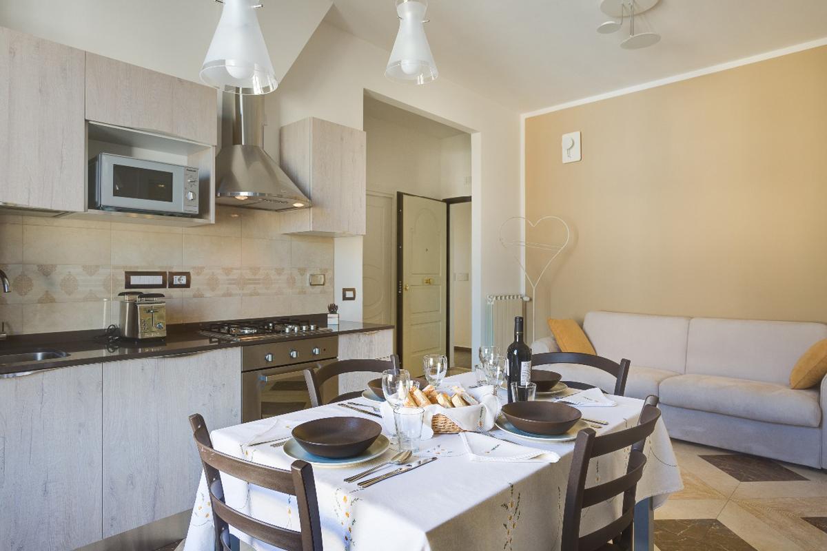 Casa DM2 - Cucina con rivestimento ceramico, lampade a sospensione in vetro e porta oggetti in metallo - Tommaso Vecci