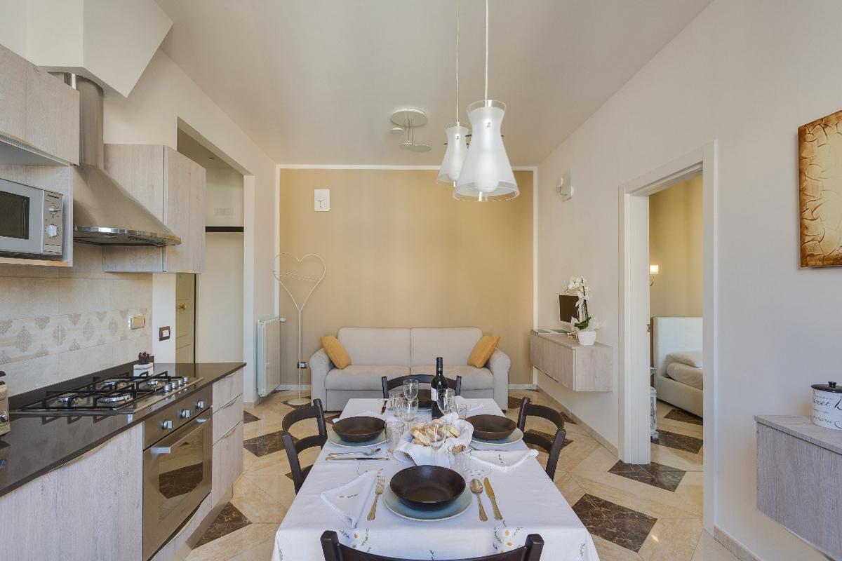 Casa DM2 - Soggiorno/cucina con lampade a sospensione in vetro decorato - Tommaso Vecci