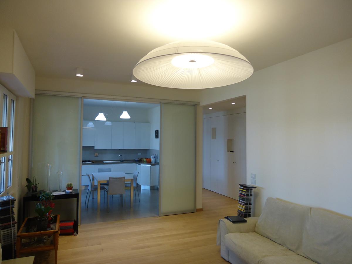 Casa - PG - Soggiorno con faretti decorativi a plafone e porte scorrevoli in vetro - Tommaso Vecci