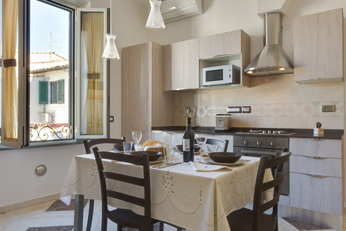 Casa DM2 - Zona pranzo con rivestimento a parete e pavimento in gres - Tommaso Vecci