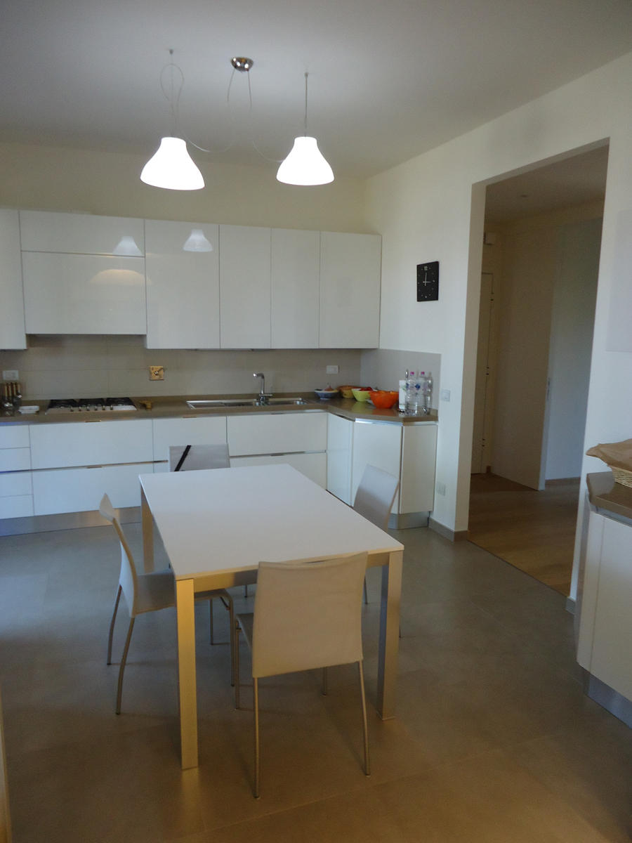 Casa - PG - Cucina con lampade a sospensione in vetro decorato bianco - Tommaso Vecci