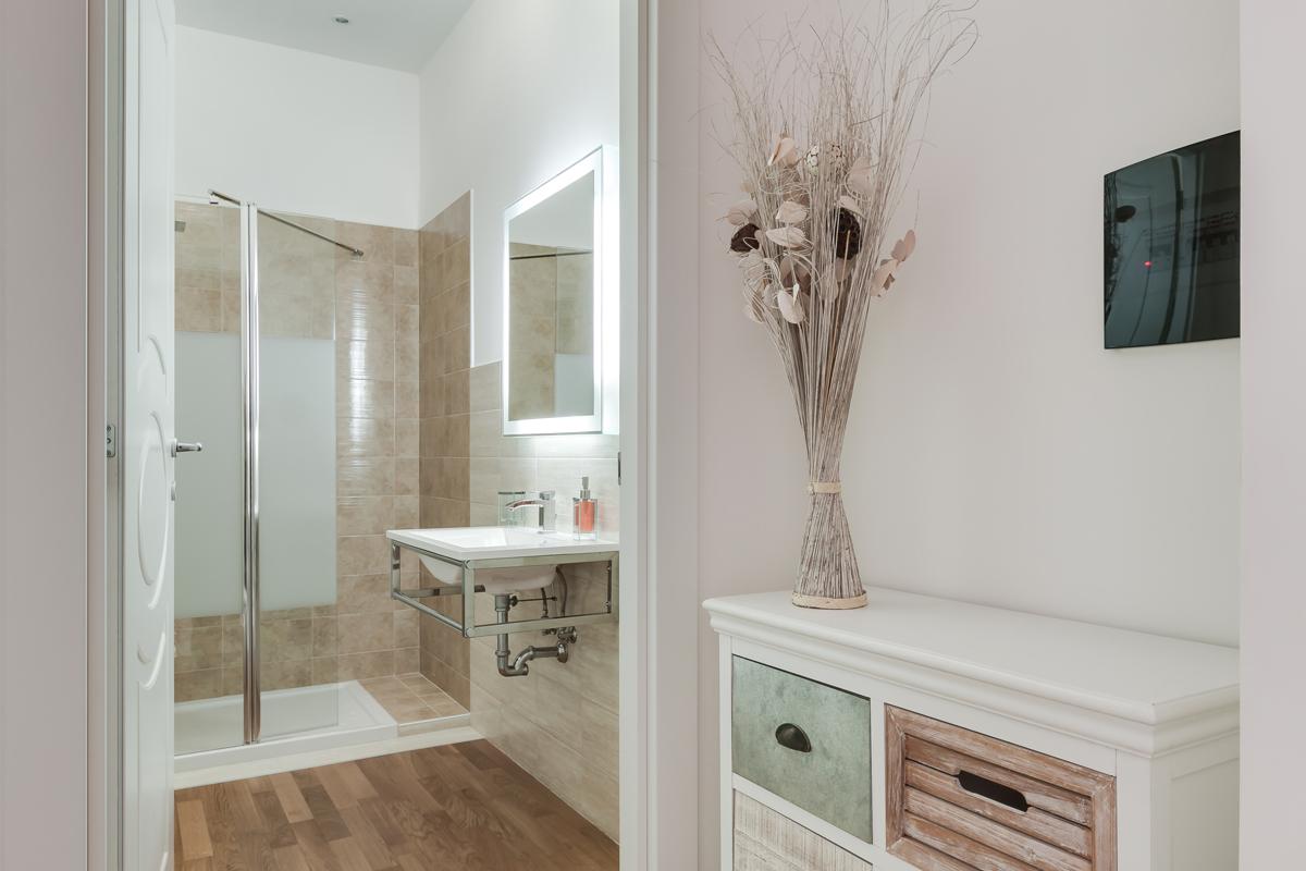 Casa DM1 - Bagno con pavimento e vano doccia rivestiti in gres e specchio retroilluminato - Tommaso Vecci