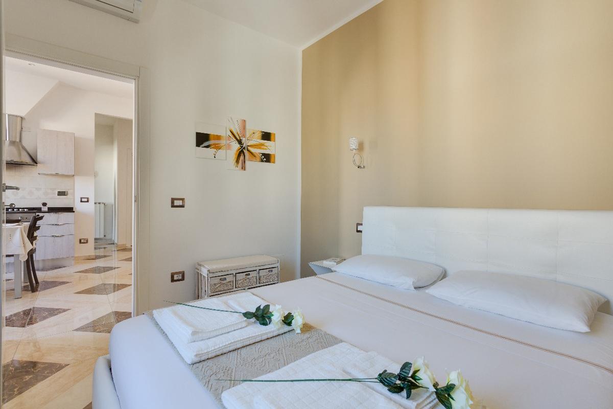 Casa DM2 - Camera da letto con parete colorata e cornice decorativa - Tommaso Vecci