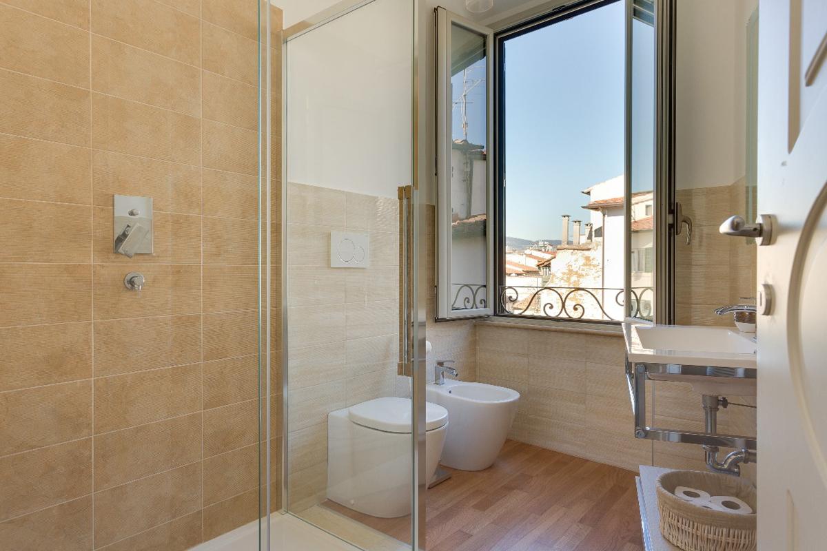 Casa DM2 - Bagno con vano doccia rivestito in gres e box in cristallo temprato - Tommaso Vecci