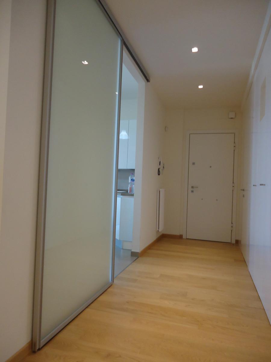 Casa - PG - Ingresso con porta scorrevole in vetro e faretti da incasso con cornice a vista - Tommaso Vecci