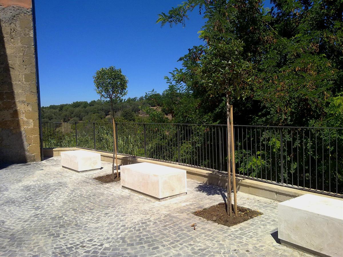 Vicolo dell'Archetto, dettaglio delle sedute in cemento - Tommaso Vecci