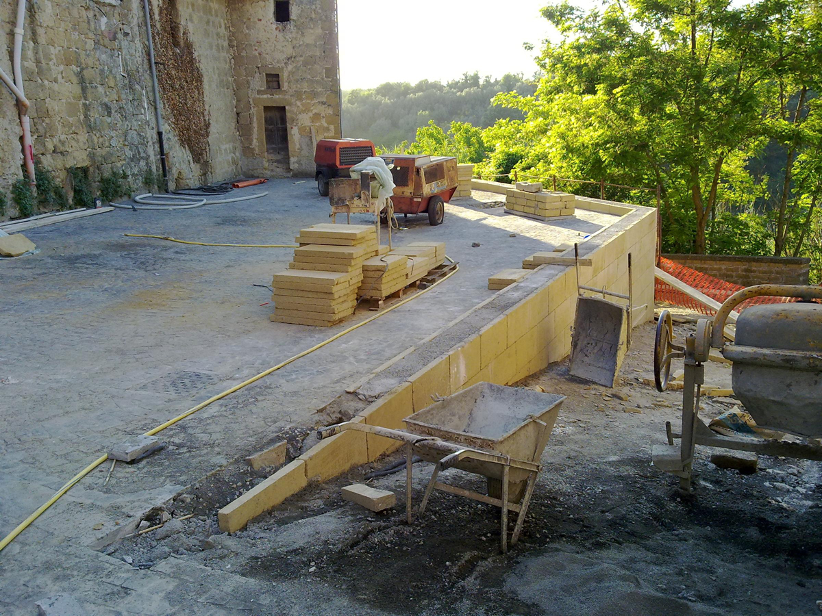 Vicolo dell'Archetto, rivestimento in blocchi di tufo della parete in cemento armato - Tommaso Vecci