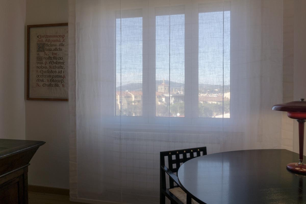 Casa C2- Dettaglio del tavolo e dell'illuminazione con sguardo verso l'esterno - Tommaso Vecci