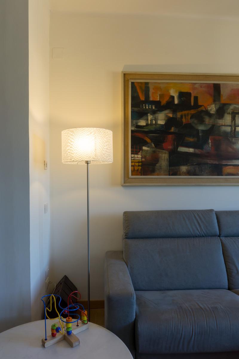 Casa C2- Dettaglio zona soggiorno, divano colore grigio, tavolo in marmo e lampada da terra con paralume in policarbonato - Tommaso Vecci