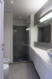 Casa C2- Bagno con pavimento in gres grande formato, doccia con illuminazione a led, mobile su misura - Tommaso Vecci