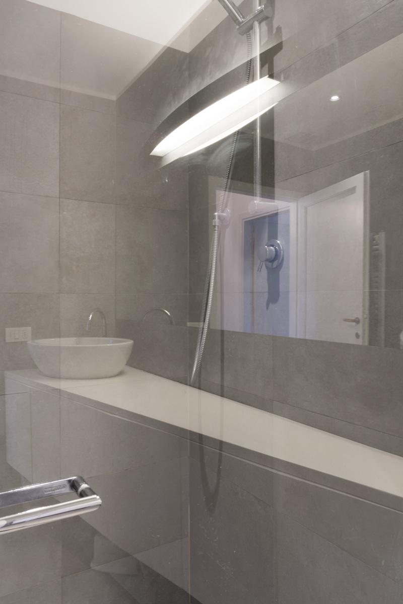 Casa C2- Dettaglio della doccia con riflessi sulla zona lavabo - Tommaso Vecci