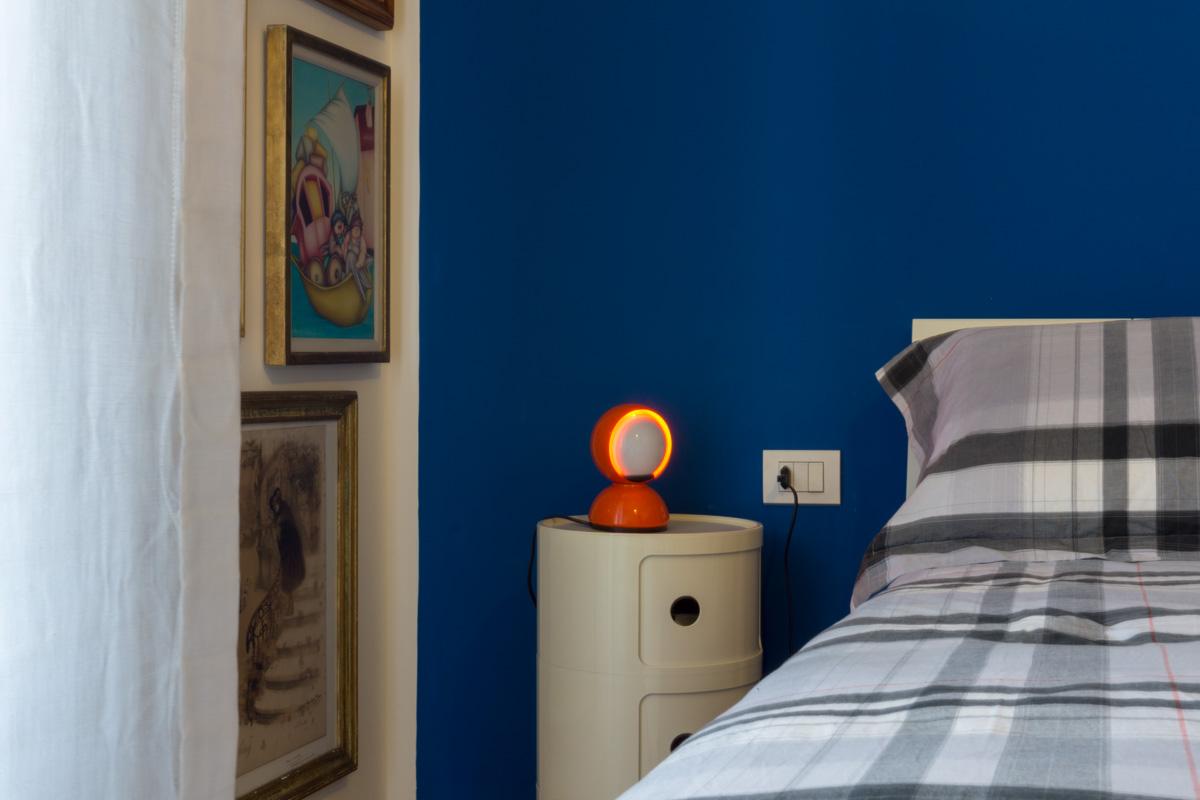 Casa C2- Dettaglio della lampada in alluminio verniciato, a luce diretta o diffusa, e dell'elemento componibili rotondo in ABS - Tommaso Vecci