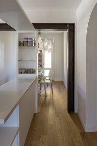 Casa_AJ luce e ombra VS naturale e artificale - Studio Tommaso Vecci Architetto Firenze - Zona ingresso con vista sulla cerchiatura in ferro e sull'ampio piano di appoggio della zona cucina