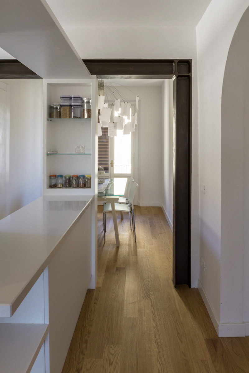 Casa AJ - Zona ingresso con vista sulla cerchiatura in ferro e sull'ampio piano di appoggio della zona cucina - Tommaso Vecci