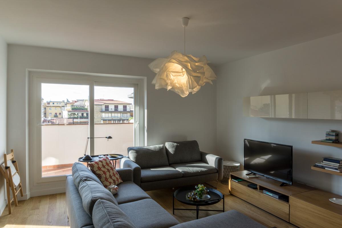 Casa AJ - Dettaglio della zona conversazione nel soggiorno con pavimento e mobili in legno - Tommaso Vecci