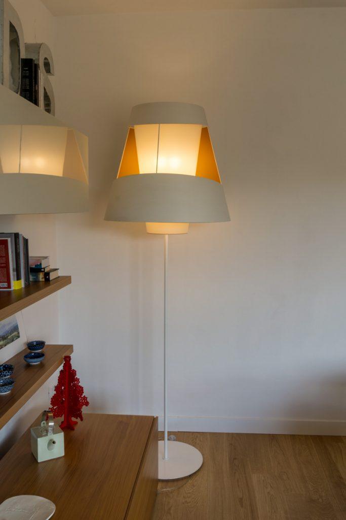 Casa_AJ luce e ombra VS naturale e artificale - Studio Tommaso Vecci Architetto Firenze - Dettaglio lampada a terra e mobile in legno
