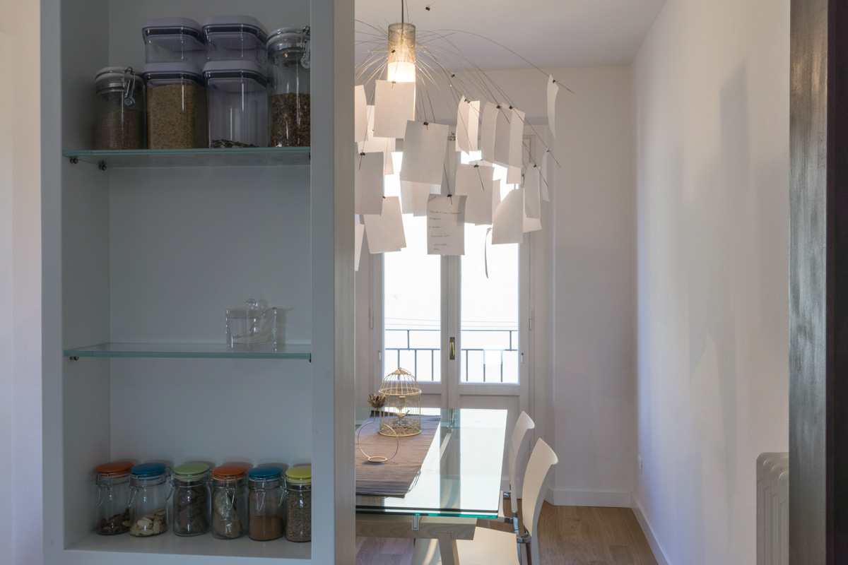 Casa AJ - Dettaglio della nicchia portaoggetti con vista sulla zona pranzo e sul tavolo in vetro - Tommaso Vecci