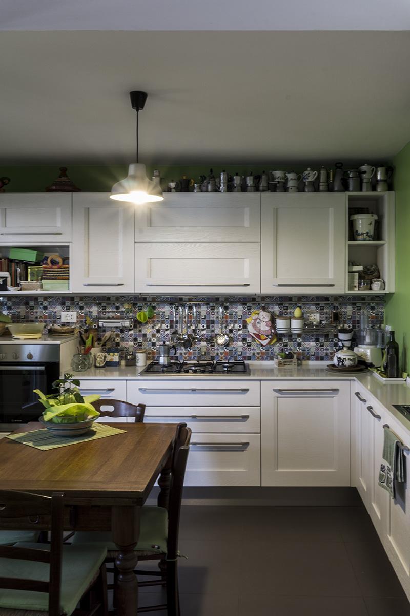 Casa E - Cucina con pareti di colore verde e pavimento in gres grande formato di colore grigio - Tommaso Vecci