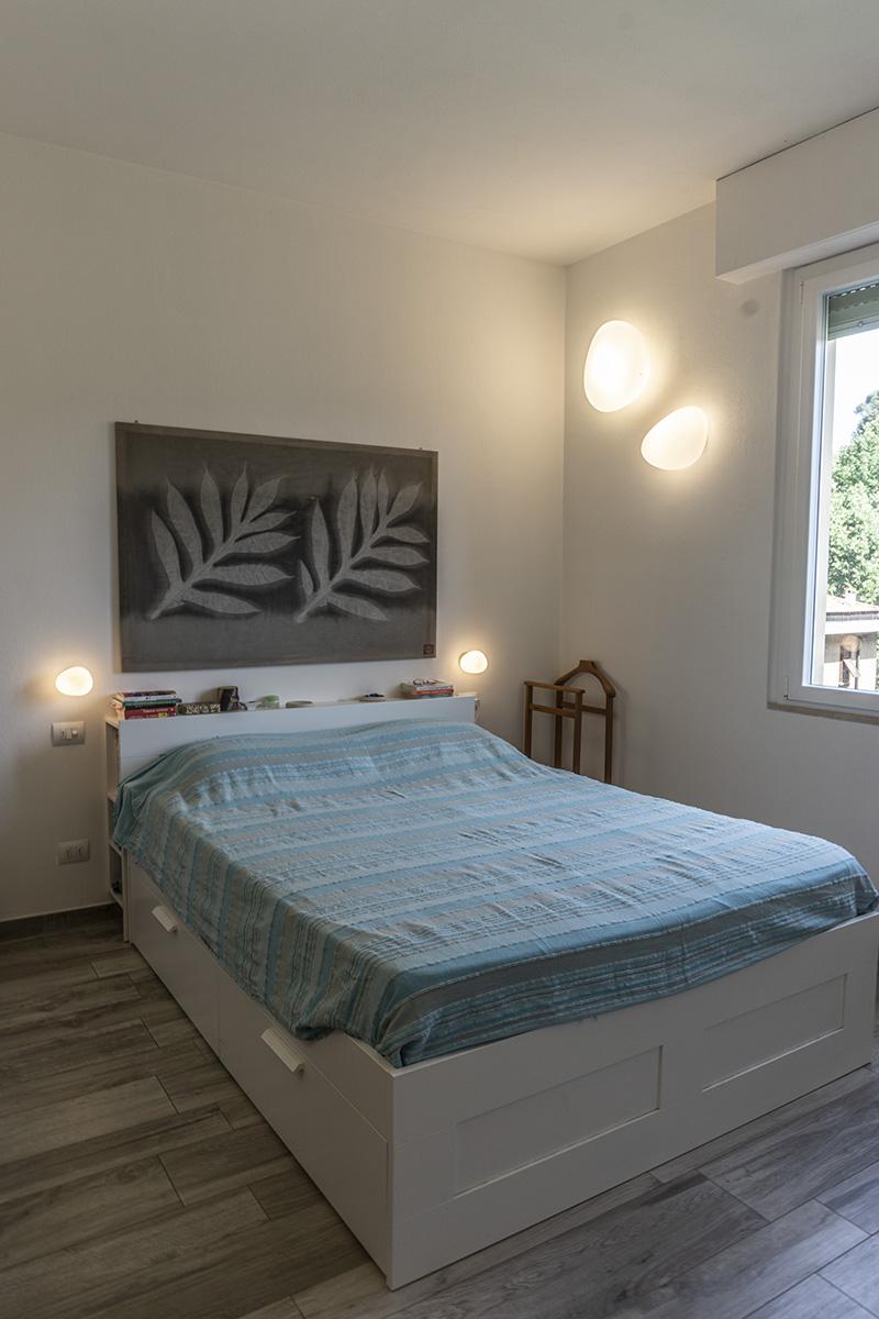 Casa E - Dettaglio camera con lampade da parete con struttura in nichel e diffusore in vetro bianco satinato, lampade testa-letto in vetro soffiato - Tommaso Vecci