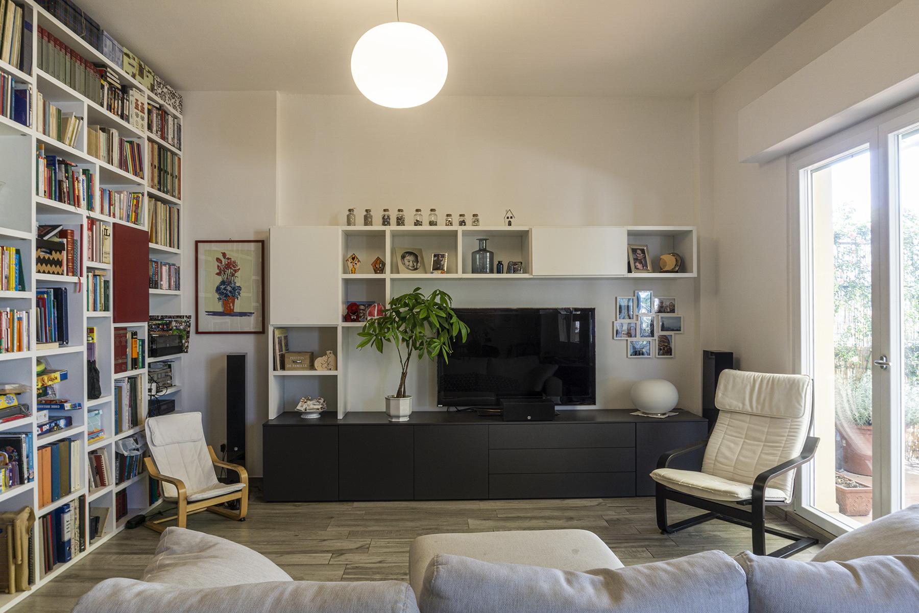 CASA MP - Dettaglio zona soggiorno con mobile tv, divano e poltrone colori chiari, lampada a sospensione - Tommaso Vecci