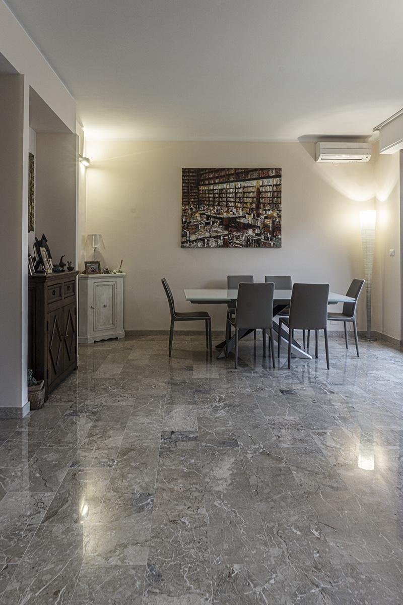 CASA CF - Dettaglio zona pranzo con tavolo in acciaio e vetro, mobili in legno restaurati e decapati - Tommaso Vecci