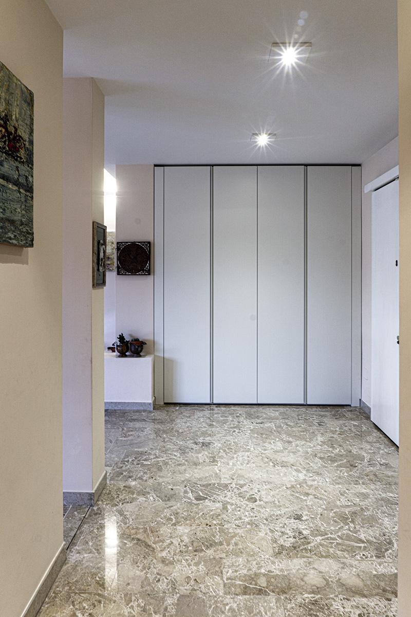 CASA CF - Dettaglio zona ingresso con mobile-armadio su misura e illuminazione con plafone in Cristaly - Tommaso Vecci